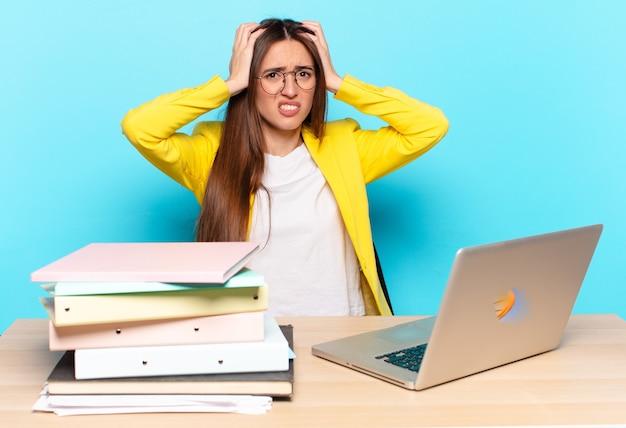 Jeune jolie femme d'affaires se sentant frustrée et ennuyée, malade et fatiguée de l'échec, marre des tâches ennuyeuses et ennuyeuses