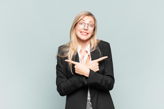 Jeune jolie femme d'affaires semblant perplexe et confuse, peu sûre et pointant dans des directions opposées avec des doutes