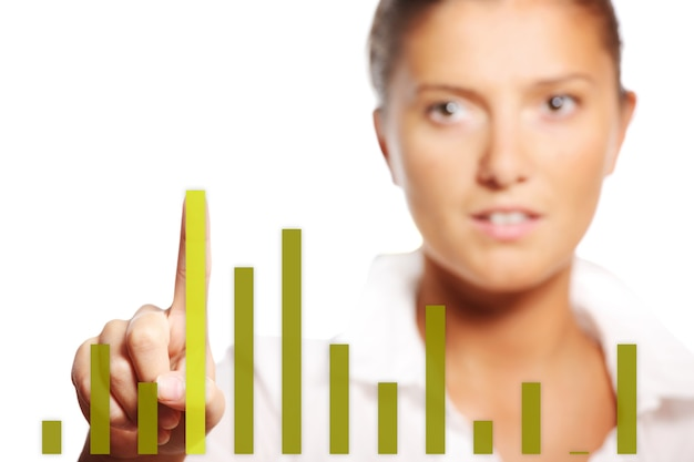 Une jeune jolie femme d'affaires touchant le graphique sur fond blanc