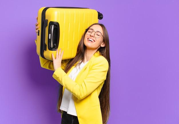 Jeune jolie femme d'affaires avec une valise