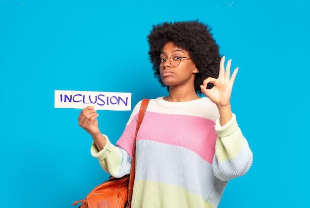 Jeune jolie femme afro, concept d'égalité