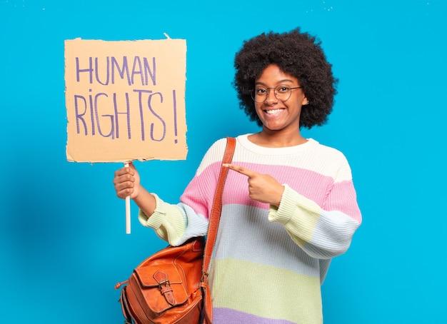 Jeune jolie femme afro protestant avec la bannière des droits de l'homme