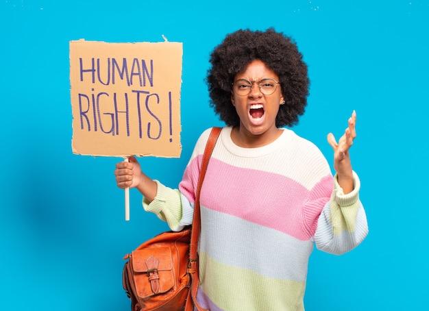 Jeune jolie femme afro protestant avec une pancarte des droits de l'homme
