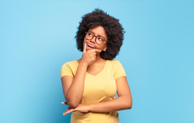 Jeune jolie femme afro