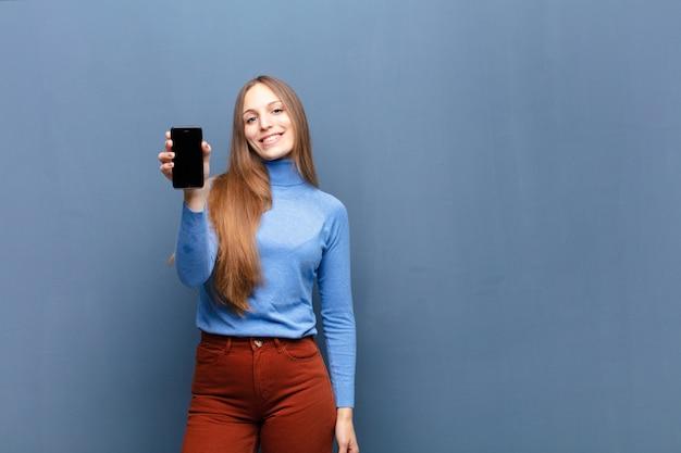 Jeune jolie femme à l'aide d'un téléphone intelligent