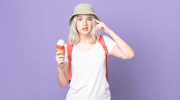 Jeune jolie femme albinos se sentant confuse et perplexe, vous montrant que vous êtes un concept d'été fou
