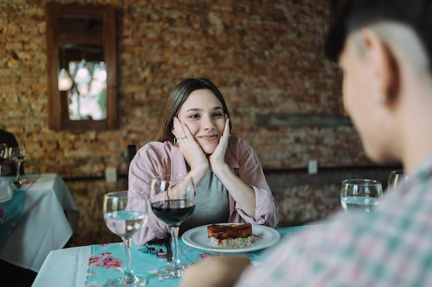 Jeune jolie femme amoureuse en regardant son partenaire.