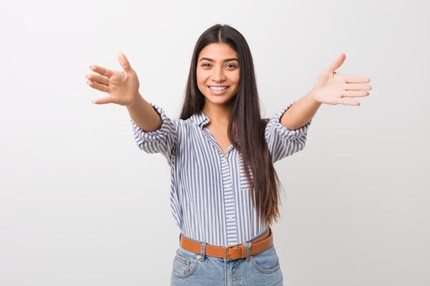 Jeune jolie femme arabe se sent confiante en donnant un câlin à la caméra.