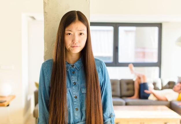 Jeune jolie femme asiatique se sentant triste et pleurnichard