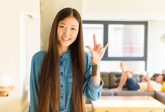 Jeune jolie femme asiatique se sentir heureuse