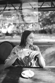 Jeune jolie femme au café