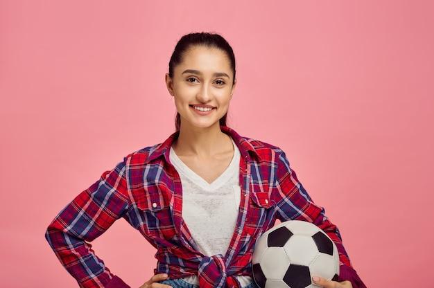 Jeune Jolie Femme Avec Ballon De Football, Mur Rose Photo Premium