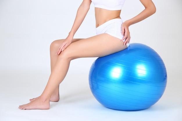 Jeune jolie femme avec ballon de gymnastique