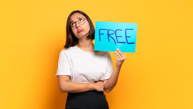 Jeune jolie femme avec une bannière gratuite