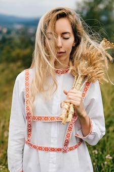 Jeune jolie femme blonde robe blanche