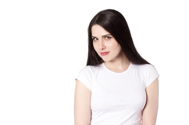 Jeune jolie femme brune aux cheveux noirs de race blanche en t-shirt blanc, idée de concept de femme footsie