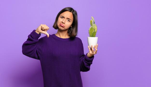 Jeune jolie femme avec un cactus