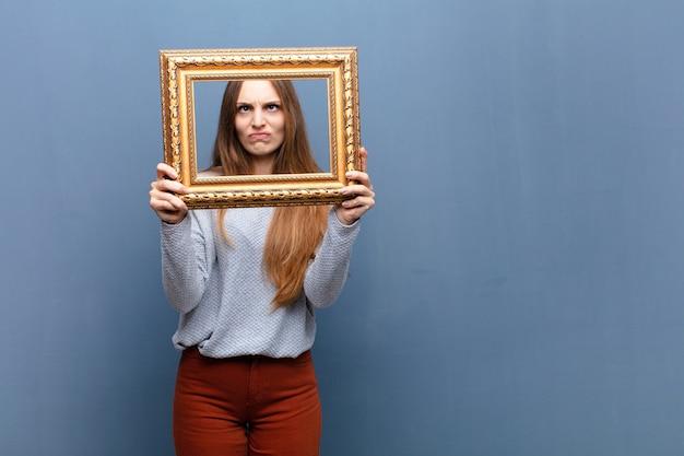 Jeune jolie femme avec un cadre baroque