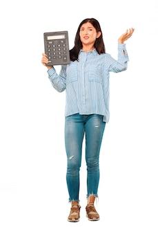 Jeune jolie femme avec une calculatrice