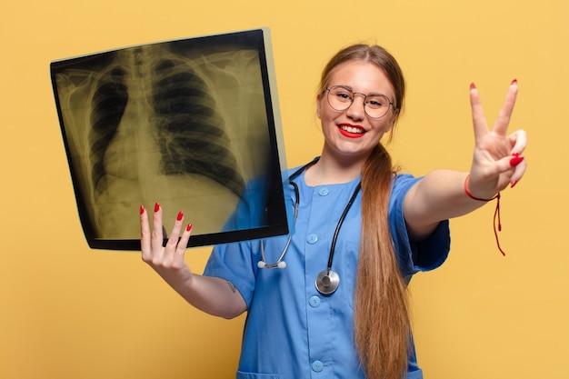 Jeune jolie femme. célébrer un triomphe comme un concept d'infirmière gagnante