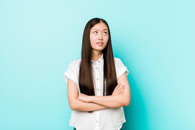 Jeune jolie femme chinoise fatiguée d'une tâche répétitive.