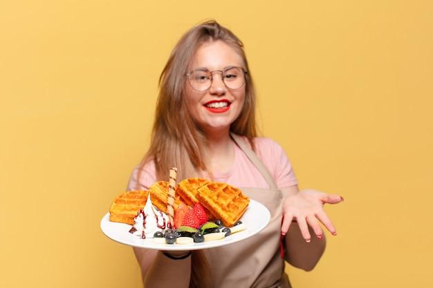 Jeune jolie femme. concept de boulanger d'expression heureux et surpris