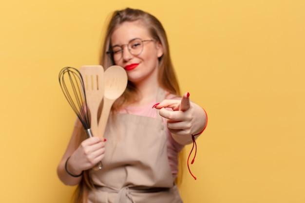 Jeune jolie femme. concept de cuisine de chef d'expression heureux et surpris