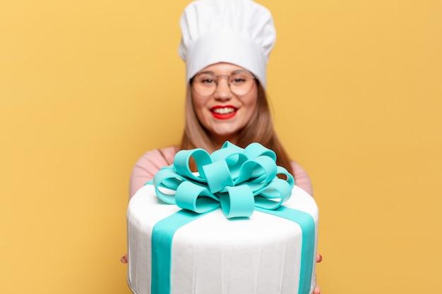 Jeune jolie femme. concept de gâteau d'anniversaire expression heureux et surpris