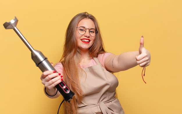 Jeune jolie femme. concept de mélangeur de boulanger d'expression heureux et surpris