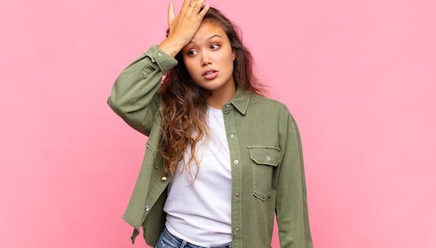 Jeune jolie femme contre un mur isolé