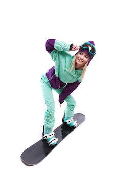 Jeune jolie femme en costume de ski violet ride snowboard