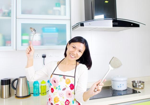 Jeune jolie femme dans la cuisine