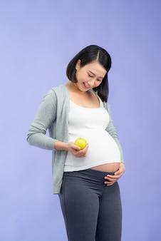 Jeune jolie femme enceinte asiatique