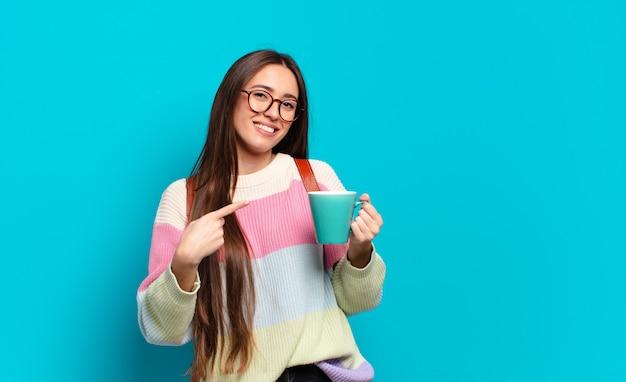 Jeune jolie femme étudiante avec une tasse de café