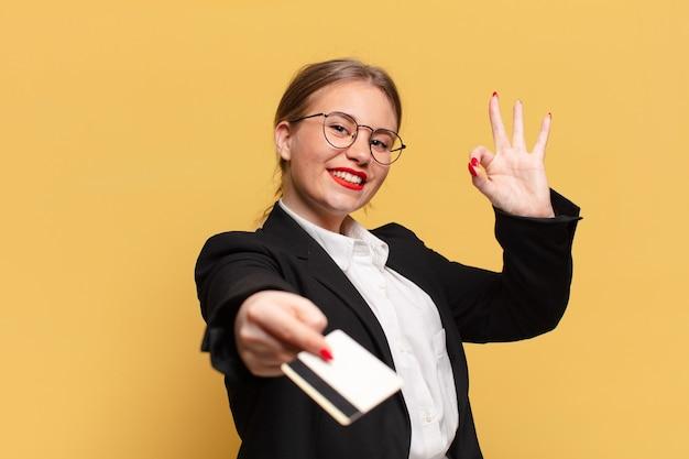 Jeune jolie femme. expression heureuse et surprise. concept de carte de crédit
