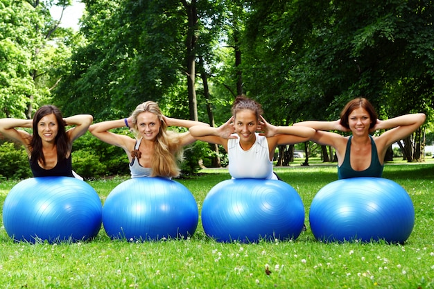 Jeune et jolie femme faisant des exercices de fitness