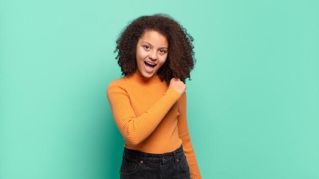 Jeune jolie femme faisant des gestes sur un mur de couleur