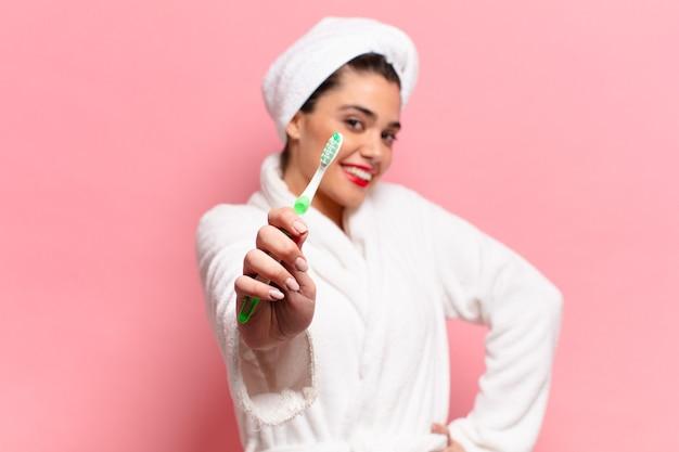 Jeune jolie femme hispanique concept de brosse à dents expression heureuse et surprise