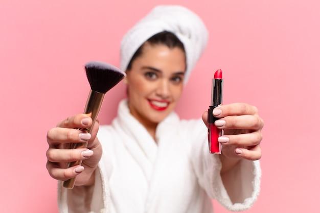 Jeune jolie femme hispanique. expression heureuse et surprise. concept de maquillage