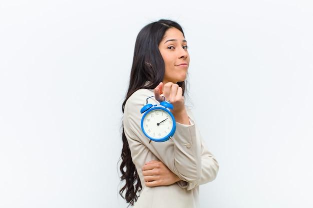 Jeune jolie femme hispanique avec une horloge