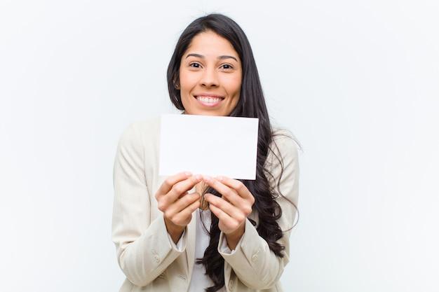 Jeune jolie femme hispanique avec une pancarte