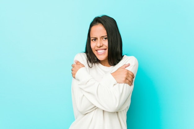 Jeune jolie femme hispanique qui devient froide en raison d'une température basse ou d'une maladie.
