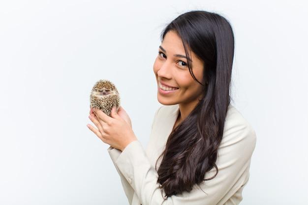 Jeune jolie femme hispanique avec son animal de compagnie