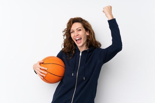 Jeune jolie femme sur isolé avec ballon de basket
