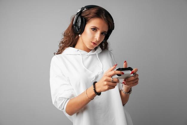 Jeune jolie femme jouant avec une console joystick