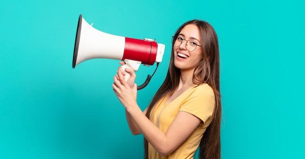Jeune jolie femme avec un mégaphone