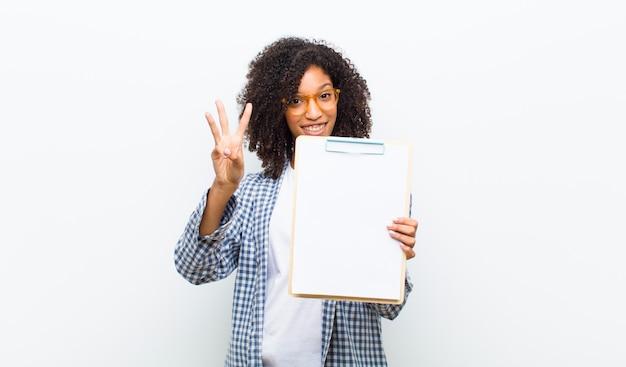 Jeune jolie femme noire avec une feuille de papier