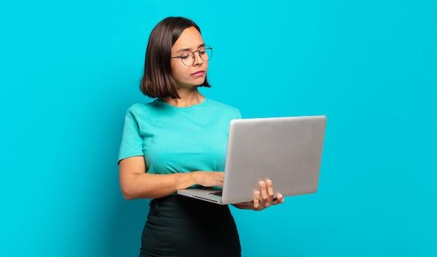 Jeune jolie femme avec un ordinateur portable
