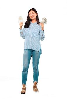 Jeune jolie femme paye, achète ou concept d'argent