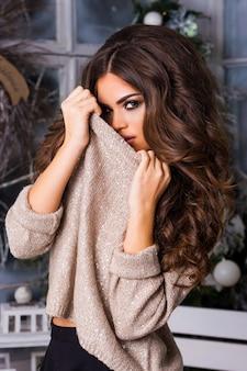 Jeune jolie femme posant avec maillot de paillettes